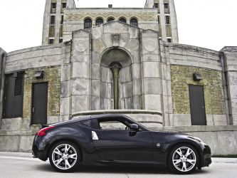 2009_Nissan_370Z_Coupe_Roadster_Side